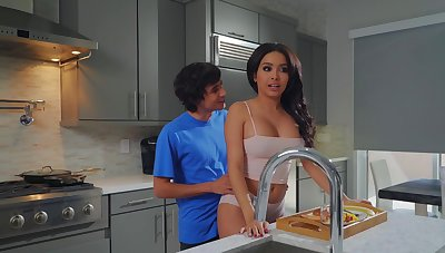 Aaliyah Hadid treats stepmom Alura TNT Jenson in all directions a Mother's Day treat